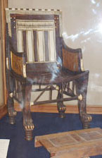紀元前1300年代の椅子とフートレスト